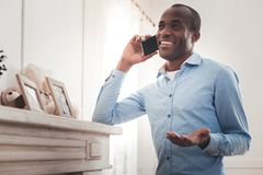 Blije afro Amerikaanse mens die aan zijn vriend spreken stock afbeelding
