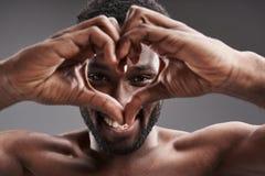 Blije afro Amerikaanse mens die liefde uitdrukken terwijl het glimlachen royalty-vrije stock afbeeldingen