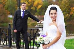 Blije bruid en bruidegom in regenachtig weer Royalty-vrije Stock Foto