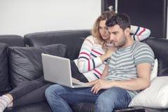 Blije echtgenoot en vrouw die thuis ontspannen royalty-vrije stock fotografie