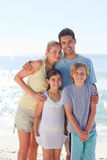 Blije familie bij het strand Royalty-vrije Stock Foto