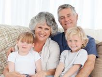 Blije familie die de camera bekijkt Stock Fotografie