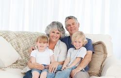 Blije familie die de camera bekijkt Stock Foto's
