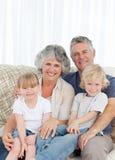 Blije familie die de camera bekijkt Royalty-vrije Stock Foto