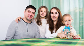 Blije familie met twee kinderen Royalty-vrije Stock Foto's