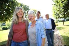 Blije familie in park die een gang nemen Stock Foto