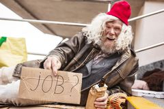 Blije gedronken mens die een baan zoeken stock fotografie