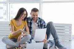 Blije gelukkige mensen die hun businessplan bespreken Stock Foto