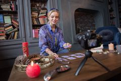 Blije gelukkige vrouw die een video voor haar blog registreren royalty-vrije stock afbeelding