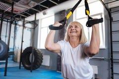 Blije gelukkige vrouw die sportuitrusting met behulp van royalty-vrije stock fotografie