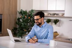 Blije glimlachende zakenman die nota's maken stock fotografie