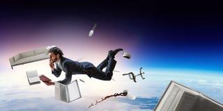Blije happezakenman die horizontaal levitatie ondergaan stock foto's