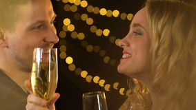 Blije het glimlachen paar het drinken alcohol bij partij die en pret samen ontspannen hebben stock videobeelden