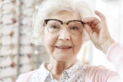 Blije hogere vrouw in optische opslag royalty-vrije stock foto