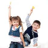 Blije jonge geitjes met zoet suikergoed royalty-vrije stock foto's