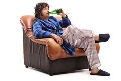 Blije jonge kerel die een koud bier drinken Stock Afbeelding