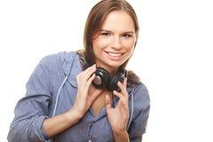 Blije jonge vrouw met hoofdtelefoons op haar hals royalty-vrije stock foto's
