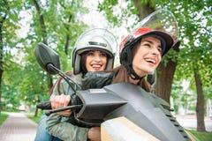 Blije jonge vrouwen die door motor reizen Stock Fotografie