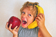 Blije jongen met vruchten Stock Afbeeldingen