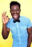 Blije kerel die uitstekend gebaar toont Stock Foto's