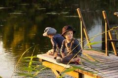 Blije kinderen die met stokken in handen zitten Royalty-vrije Stock Afbeeldingen
