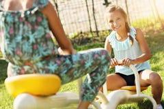 Blije kinderen die pret op speelplaats hebben Royalty-vrije Stock Afbeeldingen