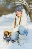 Blije kinderen die in sneeuw spelen Twee gelukkige meisjes die pret buiten de winterdag hebben Royalty-vrije Stock Afbeelding