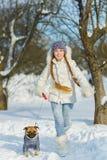 Blije kinderen die in sneeuw spelen Twee gelukkige meisjes die pret buiten de winterdag hebben Royalty-vrije Stock Afbeeldingen