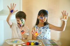 Blije kinderen met verven op hun gezichten De gezichten van kinderenverven met kleuren Royalty-vrije Stock Afbeeldingen