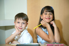 Blije kinderen met verven op hun gezichten De gezichten van kinderenverven met kleuren Stock Foto's