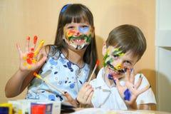 Blije kinderen met verven op hun gezichten De gezichten van kinderenverven met kleuren Royalty-vrije Stock Afbeelding
