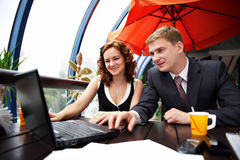 Blije man en vrouw op bedrijfslunch Stock Foto