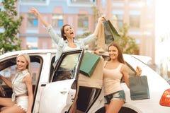 Blije Meisjes terug met Partij van het Winkelen Zakken stock afbeeldingen