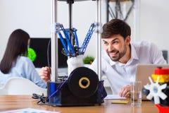 Blije mens die 3d printer met behulp van Royalty-vrije Stock Foto's