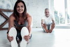 Blije mensen die hun organismen uitrekken tijdens yogazitting royalty-vrije stock foto