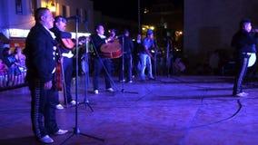 Blije Mexicaanse Muziekband bij Nacht stock footage