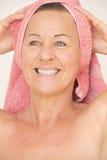 Blije naakte rijpe vrouw met handdoek Royalty-vrije Stock Afbeelding