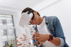 Blije nieuwsgierige vrouw die 3d technologie gebruiken Stock Foto