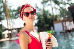 Blije opgetogen jonge vrouw die willen zonnebaden stock afbeeldingen