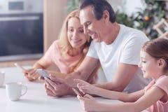 Blije positieve familiezitting samen royalty-vrije stock foto