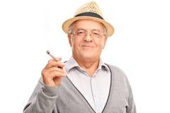 Blije rijpe mens die een verbinding houden Stock Fotografie