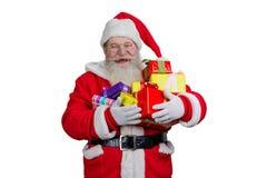 Blije Santa Claus-holdingskerstmis stelt voor Royalty-vrije Stock Afbeeldingen