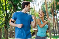 Blije sportieve mensen die aan elkaar glimlachen royalty-vrije stock fotografie