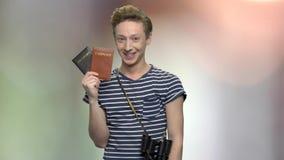 Blije toeristenjongen die paspoorten tonen stock footage