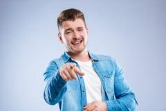 Blije vrolijke mens die met zijn vinger richten stock afbeeldingen