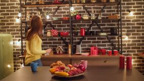 Blije vrouw die doend huishoudelijk werk in keuken dansen stock videobeelden