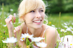 Blije vrouw die van de zomer genieten Stock Fotografie