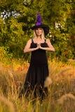 Blije vrouw in Halloween-kostuum het praktizeren yoga Royalty-vrije Stock Foto's