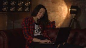 Blije vrouw het letten op film online op laptop stock footage