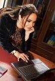 Blije vrouw met laptop Royalty-vrije Stock Fotografie
